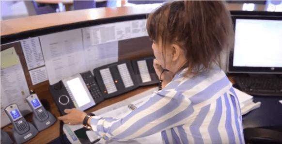 Vrouw bedient helpdesk