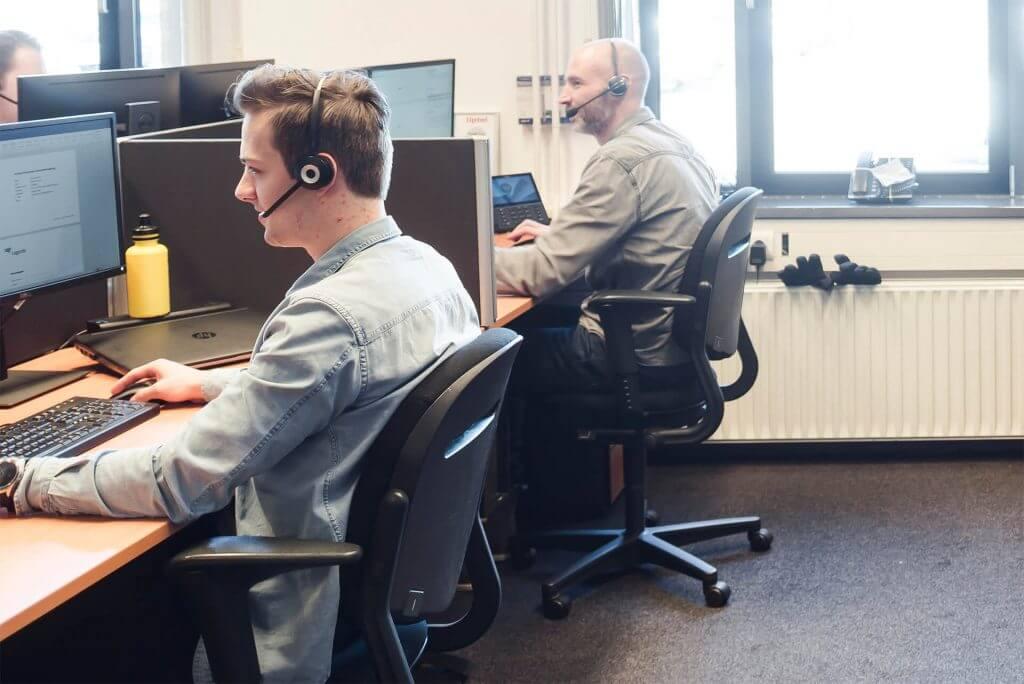 servicedesk medewerkers aan het bellen