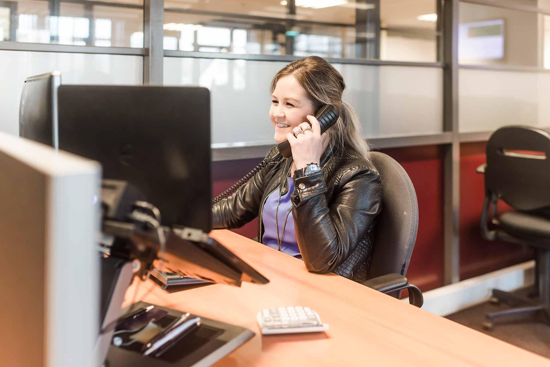 medewerker aan telefoon