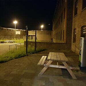 Gevangenis experience night buiten