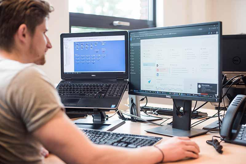ICT engineer achter scherm