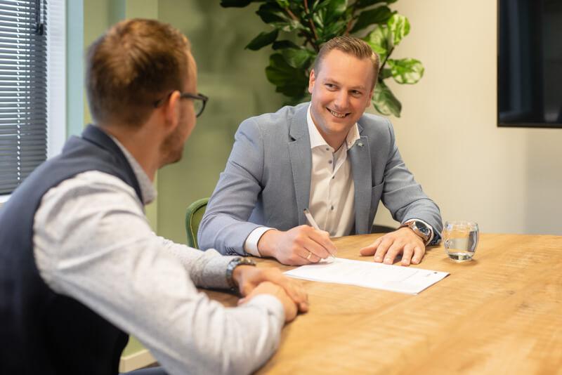 klant ondertekent contract